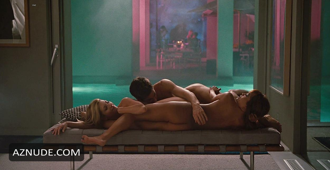 ELIZABETH: Love and other drugs nude scene