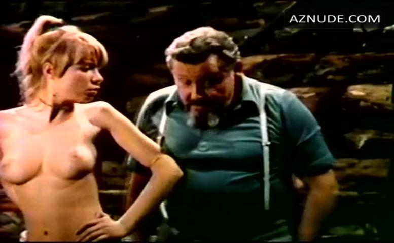 Die blonde transe Carol Penelope schürt ihren harten Schwanz in der Dusche