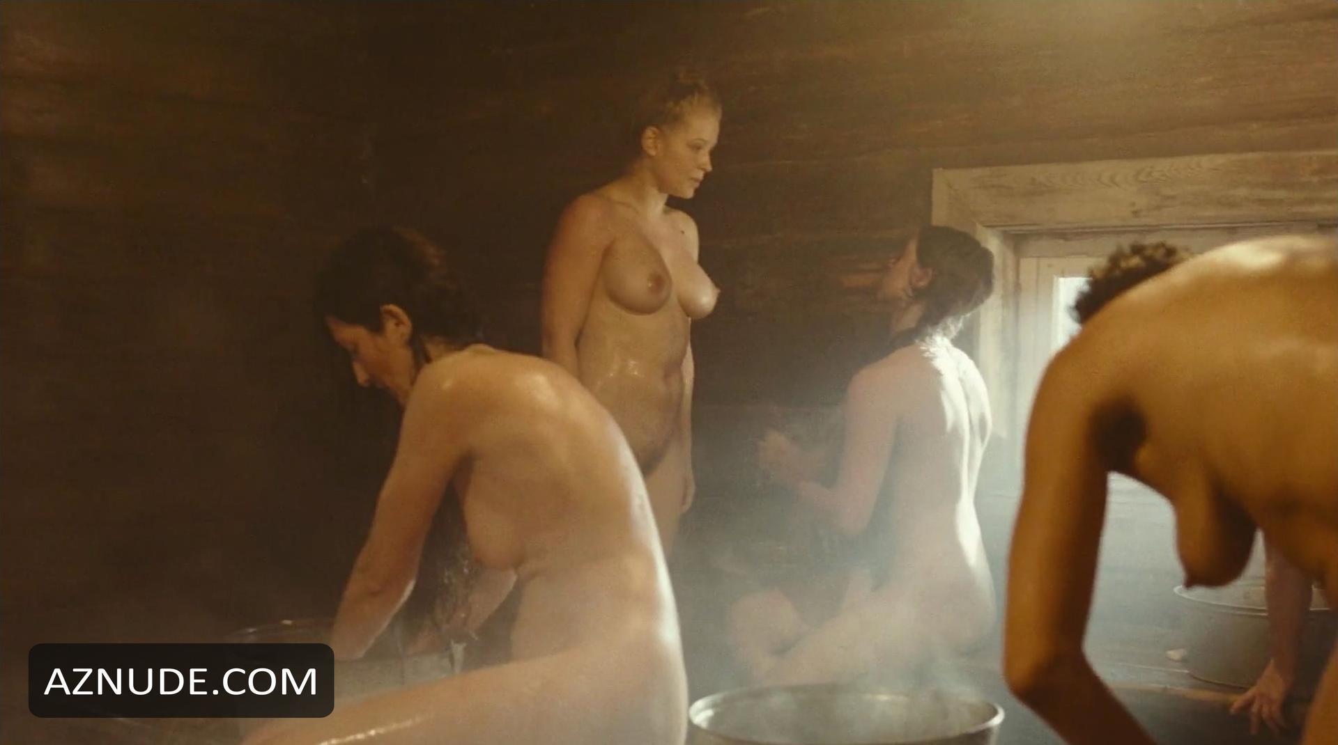 Почти кем порно актрисы в бане это